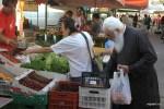 Греческий священник покупает овощи на уличном рынке. Ретимно, Крит