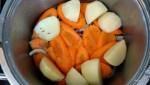 На морковь выкладываем картофель
