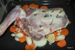 Нашпигованное розмарином мясо выкладываем на слой овощей