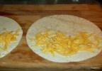 На лепешку выкладываем сыр