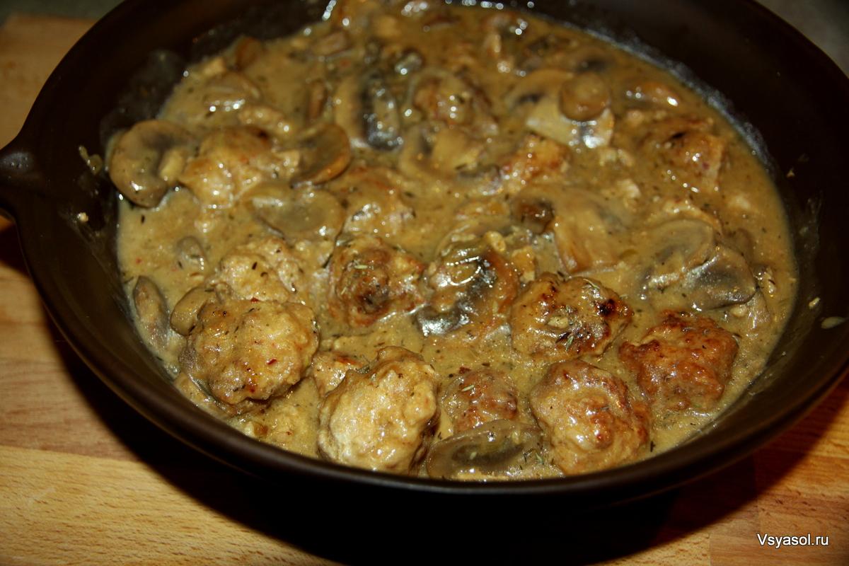 Фрикадельки с грибным соусом