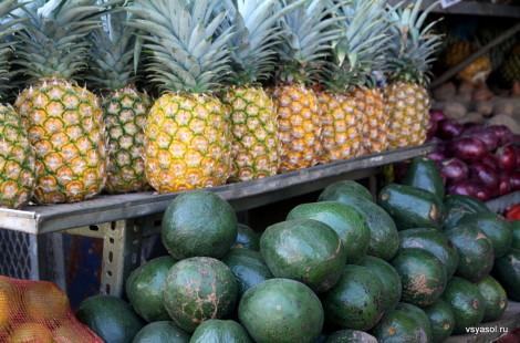 Ананасы и авокадо на оптовом рынке Панамы