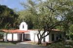 Единствнная церковь и единственная школа на Контадоре делят одно здание