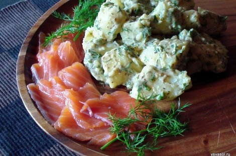 Салат из картофеля с подкопченной форелью и укропно-горчичной заправкой