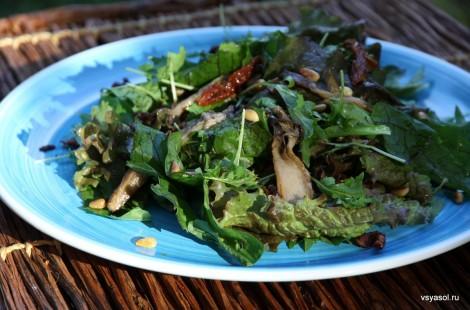Салат из вешенок, вяленых помидоров и кедровых орешков