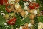 Весенний салат из киноа со шпинатом