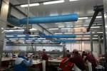 Голубые аппараты под потолком отвечают за мощную вентиляцию