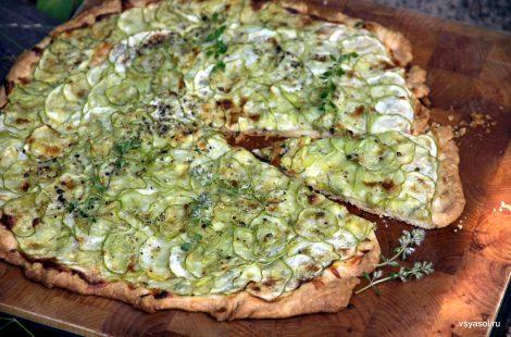 Рассыпчатый пирог с кабачками и козьим сыром