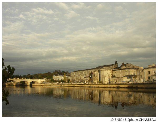 Le château de Cognac et le pont qui relie le centre de la ville au quartier Saint-Jacques vus du fleuve Charente.