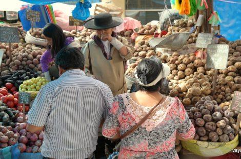Рынок в Арекипе, где продают десятки видов перуанского картофеля