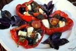Перцы, фаршированные помидорами, фетой и маслинами