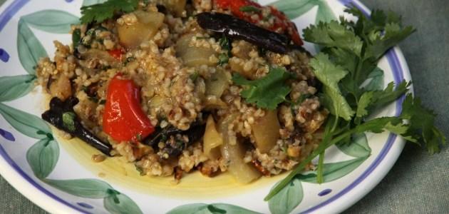 Салат из запеченных баклажанов и перцев с булгуром
