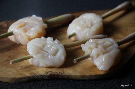 Нанизываем гребешки на шпажки из лимонного сорго