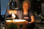 Гигантский круг пармезана находится в постоянной готовности под лампой нагрева