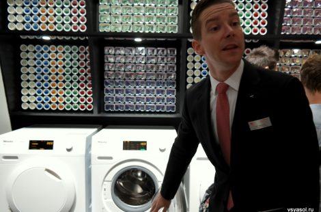 За спиной представителя Miele вся палитра химии для стиральной машины