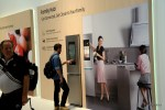 Встроенный в стену холодильника Samsung планшет делает холодильник активным участником домашних закупок проудктов