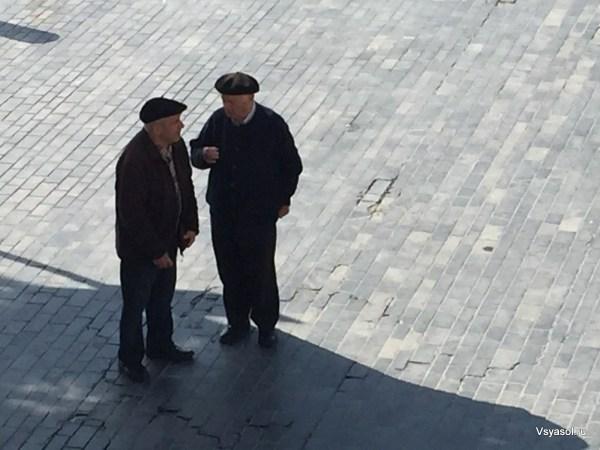 Старики в Сан-Себастьяне все еще носят баскские береты
