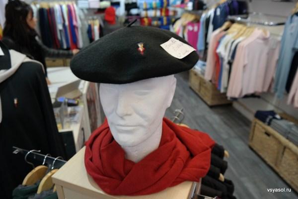 Баскский берет в туристическом магазине в Сан-Жан-де-Люс