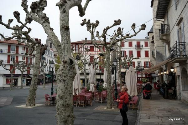 Центральная площадь Сан-Жан-де-Люз в ноябре
