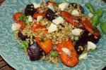 Салат из пшеницы со свеклой и карамелизированной морковью