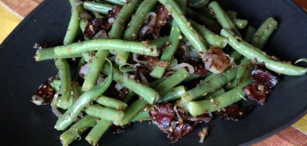 Зеленая фасоль с беконом и соусом винегрет
