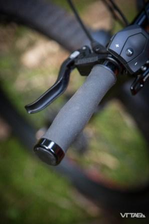 Enfin, dernier détail sur lequel on s'attarde : les grips ergonomiques, qui doivent aider à la préhension du cintre, parfois vivace lorsqu'il s'agit de piloter un VTTAE..