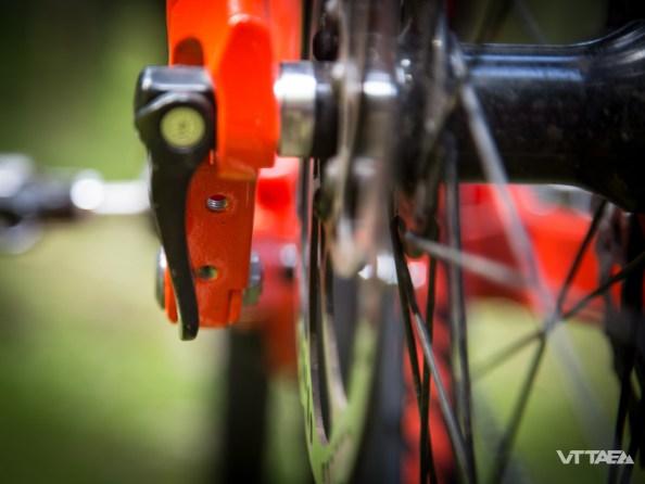 Ceux qui utilisent aussi leurs VTTAE en semaine, pour aller au travail, peuvent apprécier la présence des trous nécessaires à la fixation d'une béquille, sur la patte de roue arrière.