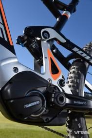 Sans surprise, la motorisation repose sur le moteur Shimano Steps, réputé parmi les plus silencieux et compact du marché, notamment dans la largeur entre les pédales, plus naturelle que la concurrence.