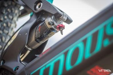 En complément de cette différence de course, lesMoustache Samedi 27 Trail et Samedi 27 Race ne sont pas équipés des mêmes amortisseurs. Le premier dispose d'un Moustache spécifiquement développé par la marque. Le second fait usage d'un RockShox Monarch Plus RC3 à bonbonne.