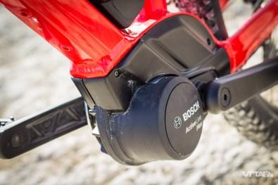 """La motorisation Bosch utilisée sur ce vélo est spécifique dans la mesure où elle diffère des motorisations utilisées sur les VTT adultes de la marque. Le moteur Bosch Active Plus a pour particularité d'être très souple, notamment par des niveaux d'assistance mieux répartis pour les petits gabarits : de 40 à 250%, contre 80 à 300% sur les motorisations plus sportives. Il commence donc par une assistance plus modérée, et ne monte pas aussi haut que les modèles """"adultes""""."""