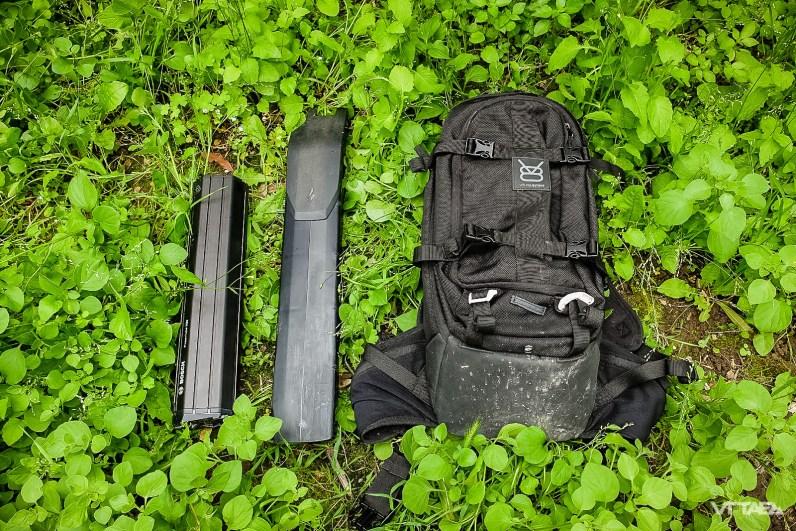Bosh Innertube (gauche) et batterie Specialized (droite)