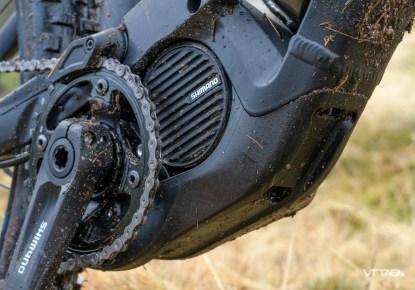 Le sabot de protection sous le moteur est évidé par endroit pour permettre l'évacuation de l'eau. Enfin !