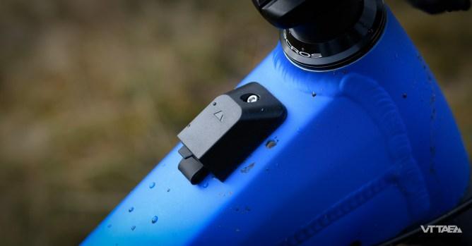 Port USB pour recharger un téléphone par exemple... Toujours utile d'avoir un téléphone chargé si vous avez déchargé la batterie du vélo, en chargeant votre téléphone, au milieu des bois à 20 bornes de la maison !?