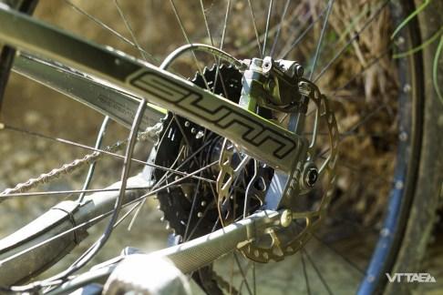 À la roue arrière, le moyeu fait tout de même usage d'un axe traversant de 12mm, comme c'est de coutume désormais.