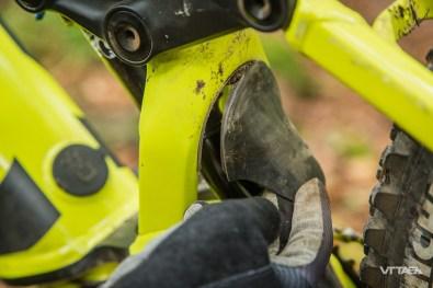 Le petit garde boue est simplement collé. Vissé, et il serait plus durable !