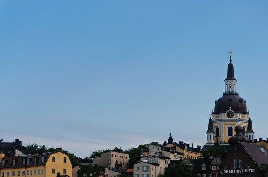vista de los palacios de Södermalm, Estocolmo, contra el hermoso cielo azul de la tarde de verano. sofia iglesia es claramente visible en el fondo. Foto depositphotos © ale_rizzo