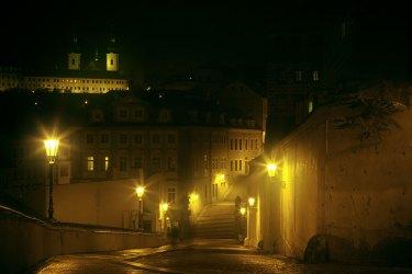 calle de noche con niebla, Praga. Imagen: ©depositphotos.com/zhuzhu