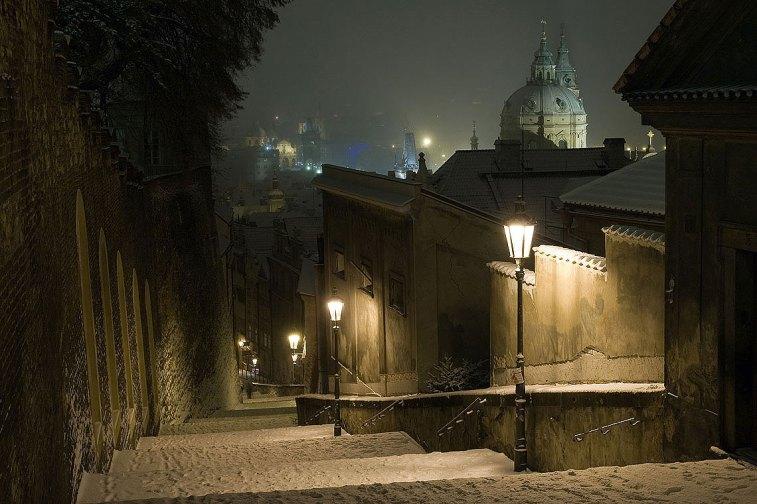 Praga, escalera en la ciudad vieja de Praga en una noche de invierno. Imagen: ©depositphotos.com/Premek