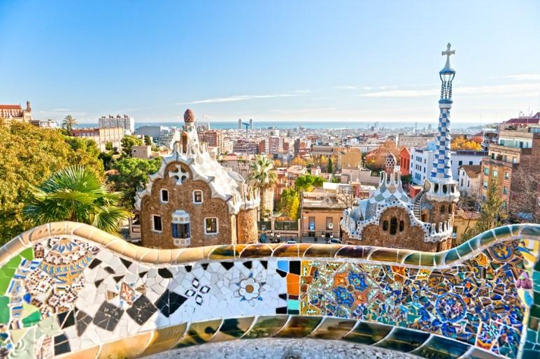 Vista de Barcelona junto a los bancos ondulantes de trencadís. Imagen: ©depositphotos.com/masterlu