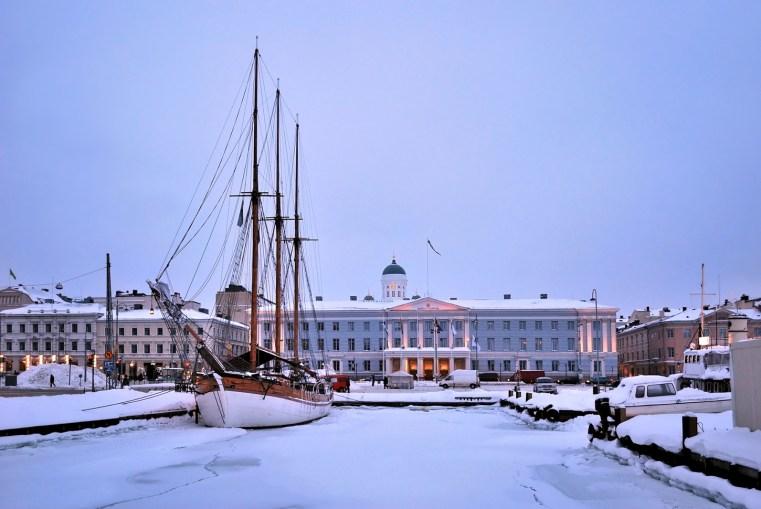 La cara invernal de Helsinki: río, nieve y las aguas del puerto congeladas – Imagen: ©depositphotos.com/Estea-Estea