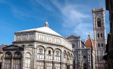 El Baptisterio con la catedral y el campanario detrás – Imagen: ©depositphotos.com/pljw1