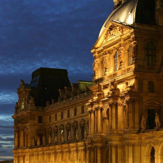 Galeria3-parisLouvre2.jpg Louvre Cour Napoleon Ala Richelieu por Gloumouth1 (CC BY-SA 3.0