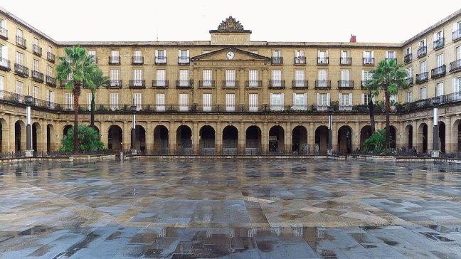 Plaza Nueva Bilbao, Casco Viejo porJose Luis Filpo Cabana(CC BY 3.0), via Wikimedia