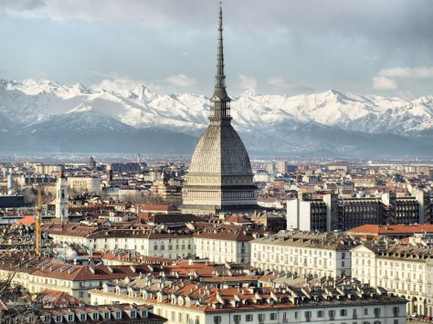 Vista de la Mole Antonelliana y las Alpes. Turín, Italia.