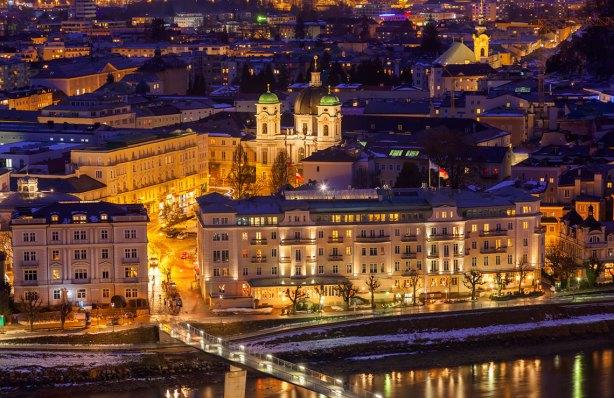 Vista nocturna del centro de la ciudad. El Hotel Sacher es el gran edificio a la derecha del puente