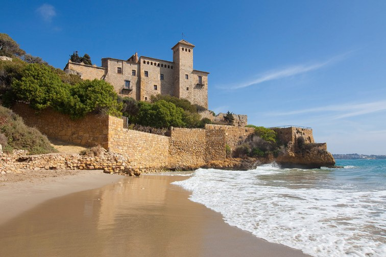 Cala Jovera y el Castillo de Tamarit. a 13 km del centro de Tarragona