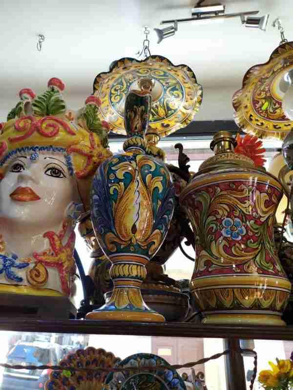 Vaso a boccia con coperchio ornato fondo blu. Ceramica Artistica Di Caltagirone Dipinta A Mano Dai Migliori Artigiani