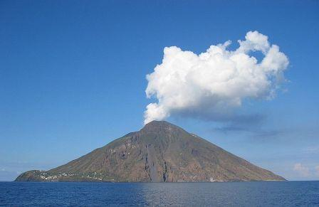 Mount Stromboli voor de noordkust van het Italiaanse eiland Sicilië