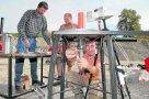 Kompromiss zwischen Labor und Natur: Ulrich Küppers (v.) und seine Kollegen treffen die letzten Vorbereitungen für das explosive Experiment. foto: leder