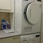 Kodinhoitotilassa pesukone ja kuivausrumpu